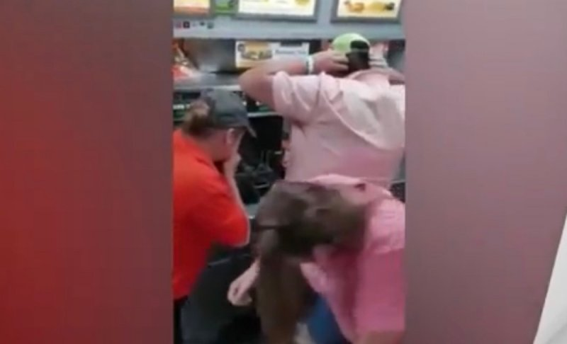 VIDEO: ratón cae a freidora de papas en restaurante