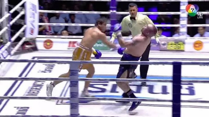 Peleador de Muay Thai fallece al ser noqueado en el ring. (VIDEO)