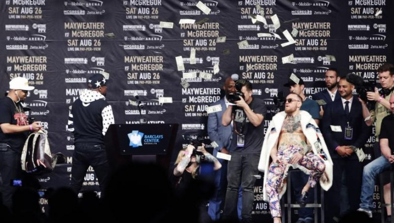 #VIDEO Mayweather arroja ´lluvia de billetes´ a McGregor.
