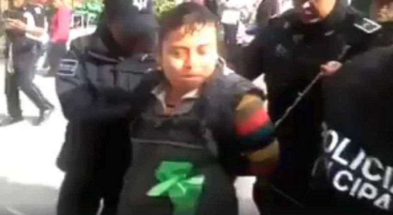 #VIDEO: Policias detienen y someten a una vendedora de tortillas por