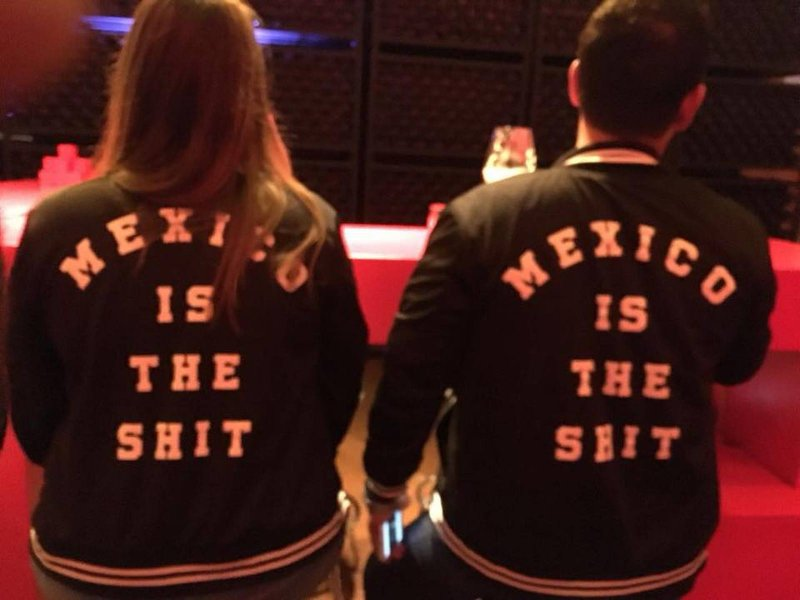 "#VIDEO: Restaurante corre a clientes por vestir chamarras con la leyenda ""México is the shit""."