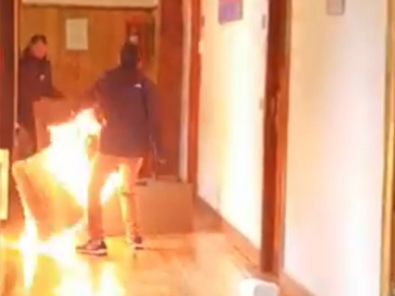 #VIDEO Intenta incendiar oficina al no renovarle el contrato.