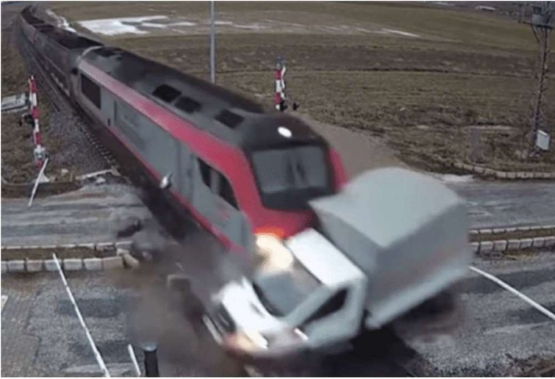Brutal choque entre un tren y camión (VIDEO)